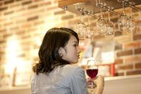ワインを飲む女性 07900006876| 写真素材・ストックフォト・画像・イラスト素材|アマナイメージズ