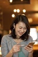 ネットショッピングをする女性 07900006884| 写真素材・ストックフォト・画像・イラスト素材|アマナイメージズ