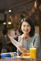 地図を持つ笑顔の女性 07900006886| 写真素材・ストックフォト・画像・イラスト素材|アマナイメージズ