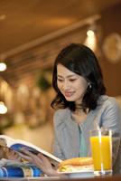 ガイドブックを見ている女性 07900006887| 写真素材・ストックフォト・画像・イラスト素材|アマナイメージズ