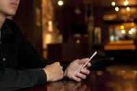 スマートフォンを操作する男性の手元