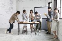 打合せをするビジネス男女6人 07900006901| 写真素材・ストックフォト・画像・イラスト素材|アマナイメージズ