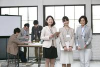 笑顔のビジネス女性3人とビジネス男性3人