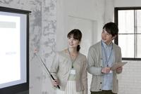 プロジェクターで説明するビジネス男女 07900006921| 写真素材・ストックフォト・画像・イラスト素材|アマナイメージズ