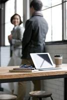 タブレットPCとビジネス男女