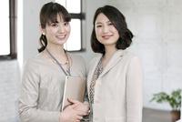 笑顔のビジネス女性2人