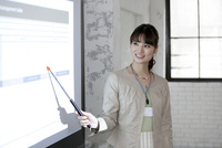 プロジェクターで説明するビジネス女性 07900006951| 写真素材・ストックフォト・画像・イラスト素材|アマナイメージズ