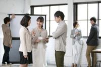 打合せをするビジネス男女6人 07900006981| 写真素材・ストックフォト・画像・イラスト素材|アマナイメージズ