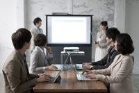 ミーティングをするビジネス男女6人 07900006989| 写真素材・ストックフォト・画像・イラスト素材|アマナイメージズ