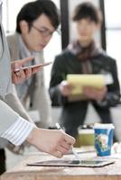 タブレットPCを操作するビジネス女性の手元