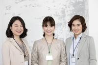 笑顔のビジネス女性3人 07900007005| 写真素材・ストックフォト・画像・イラスト素材|アマナイメージズ