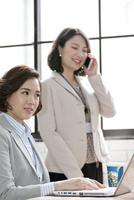 ノートパソコンを操作するビジネス女性