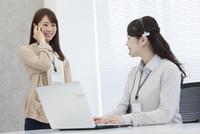 女性オペレーターとビジネスウーマン 07900007028| 写真素材・ストックフォト・画像・イラスト素材|アマナイメージズ