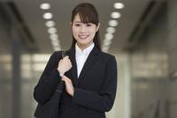 笑顔のビジネスウーマン 07900007114| 写真素材・ストックフォト・画像・イラスト素材|アマナイメージズ