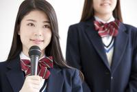 発表している女子高生2人 07900007290| 写真素材・ストックフォト・画像・イラスト素材|アマナイメージズ
