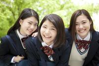 笑顔の女子高生3人 07900007314| 写真素材・ストックフォト・画像・イラスト素材|アマナイメージズ