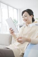 ネットショッピングをする女性 07900007339| 写真素材・ストックフォト・画像・イラスト素材|アマナイメージズ