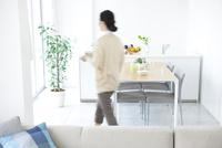 リビングルームを歩く女性 07900007341  写真素材・ストックフォト・画像・イラスト素材 アマナイメージズ