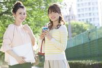 笑顔の女子大生2人 07900007376| 写真素材・ストックフォト・画像・イラスト素材|アマナイメージズ