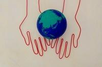 地球を持ったワイヤーで作られた手