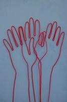 ワイヤーで作られた手の重なり 09501010836| 写真素材・ストックフォト・画像・イラスト素材|アマナイメージズ
