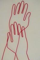 ワイヤーで作られた手の重なり 09501010837| 写真素材・ストックフォト・画像・イラスト素材|アマナイメージズ