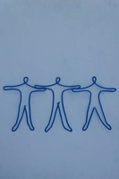 ワイヤーで作られた手をつなぐ人々
