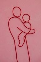 ワイヤーで作られた子供を抱っこする親