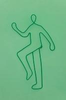 ワイヤーで作られた歩く人 09501011026| 写真素材・ストックフォト・画像・イラスト素材|アマナイメージズ