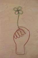 ワイヤーで作った四葉を持つ手