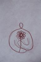 ワイヤーで作った花を抱える人 09501011116| 写真素材・ストックフォト・画像・イラスト素材|アマナイメージズ