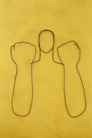 ワイヤーで作ったガッツポーズをする人 09501011149| 写真素材・ストックフォト・画像・イラスト素材|アマナイメージズ