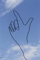 ワイヤーで作った手と青空 09501011168| 写真素材・ストックフォト・画像・イラスト素材|アマナイメージズ