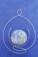 ワイヤーで作った地球を持つ人