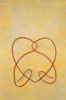ワイヤーで作ったハートを持つ人物(黄色) 09501011383| 写真素材・ストックフォト・画像・イラスト素材|アマナイメージズ
