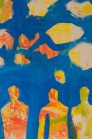 並んで立つ人と青空と雲のイラスト