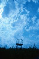 青空の下の1脚のいすのシルエット 09501013771| 写真素材・ストックフォト・画像・イラスト素材|アマナイメージズ