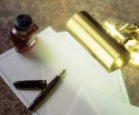 ペン、紙、蛍光灯
