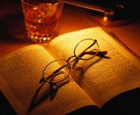 眼鏡と本とグラス 09517001251| 写真素材・ストックフォト・画像・イラスト素材|アマナイメージズ