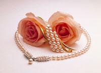 バラと真珠のネックレス