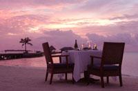 夕焼けのビーチでビーチディナー