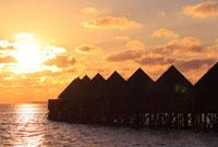 夕日を浴びるモルディブの水上コテージ 09521000800  写真素材・ストックフォト・画像・イラスト素材 アマナイメージズ