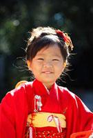 笑顔を見せる初詣の3歳の少女