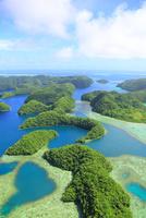 上空から見たパラオのロックアイランドの島々