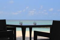 モルディブの海とバーのテーブル