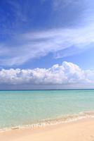 モルディブの砂洲(サンドバンク)に打ち寄せる波と雲