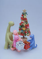 クリスマスツリーを囲む恐竜の家族