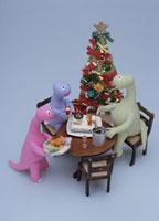 クリスマスツリーと食卓を囲む恐竜の家族