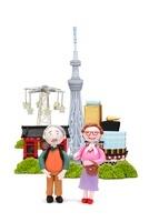 スカイツリーと浅草の観光地と老夫婦