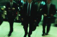 駅を歩くビジネスマン